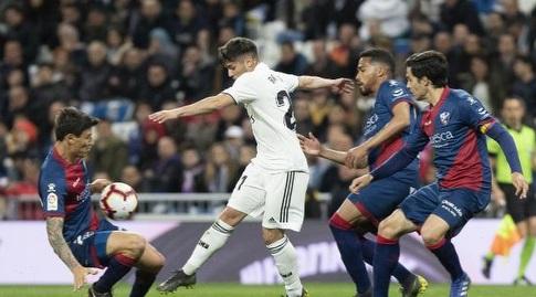 שחקני ווסקה רודפים אחרי ברהים דיאס (La Liga)
