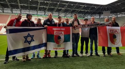אוגסבורג ישראל יחד עם אנשי ההנהלה באצטדיון (אדי צאיג)