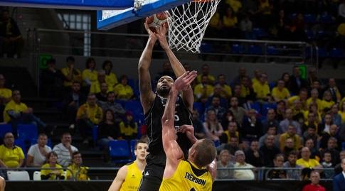 טיישון תומאס עולה לסל (FIBA)