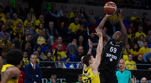 ג'ייקובן בראון זורק (FIBA) (מערכת ONE)