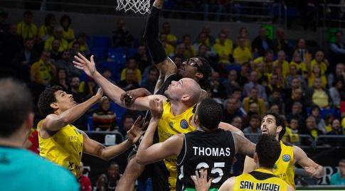 אמארה סטודמאייר מנסה לתפוס את הכדור (FIBA)