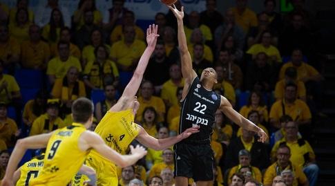 ג'וש אוונס עם הכדור (FIBA)