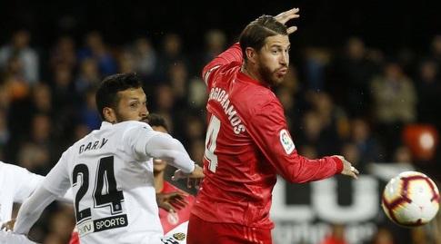 סרחיו ראמוס מנסה להרחיק (La Liga)