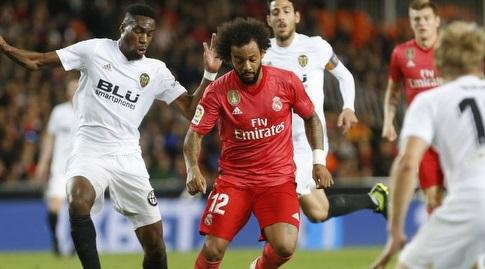מרסלו מנסה לשמור על הכדור (La Liga)