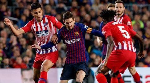 ליאו מסי מוקף בשחקני אתלטיקו (La Liga)