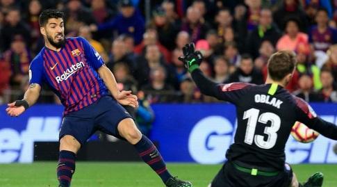 אובלק לוקח ללואיס סוארס את הכדור (La Liga)
