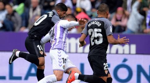גבריאל מרקאדו ואבר באנגה מנסים לקחת את הכדור מרובן אלקראס (La Liga)