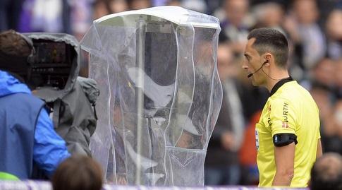 השופט מסתכל על המהלך ב-VAR (La Liga)