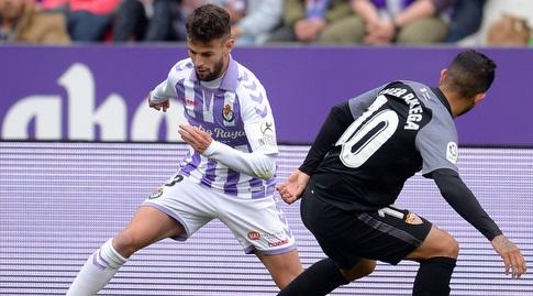 אבר באנגה מנסה לקחת את הכדור מסרג'י גומס (La Liga)