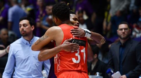 דקוואן קוק וקורי וולדן מתחבקים (חגי מיכאלי)