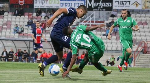 טריקו גטהון מנסה לחטוף את הכדור (אחמד מוררה)
