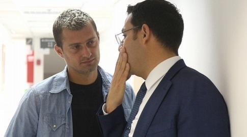 גבריאל תאמאש עם עורך דינו (שחר גרוס)