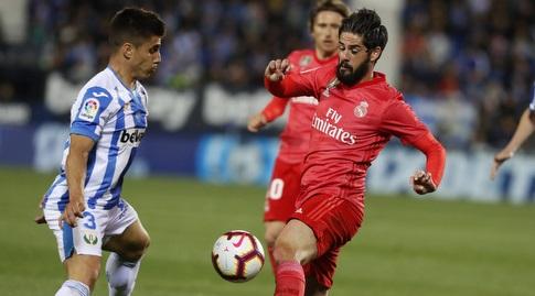 איסקו מנסה להשתלט עם הכדור (La Liga)