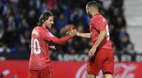 קארים בנזמה חוגג עם לוקה מודריץ' (La Liga)