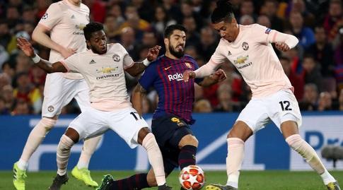לואיס סוארס מנסה לשמור על הכדור (רויטרס)