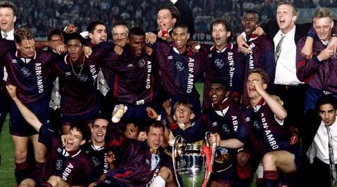 שחקני אייאקס עם הגביע ב-1995 (רויטרס)