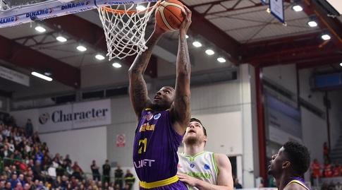 דקוואן ג'ונס עם הכדור (FIBA)