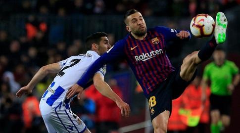 ג'ורדי אלבה מנסה להשתלט על הכדור (La Liga)