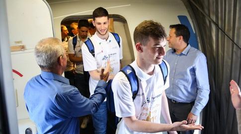 שחקני תיכון חדש ביציאה מהמטוס (איציק בלניצקי)