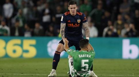 סנטי מינה עוזר למרק בארטרה לקום (La Liga)
