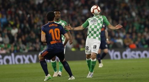 אנדרס גוורדאדו עם הכדור, דני פארחו מסתכל (La Liga)