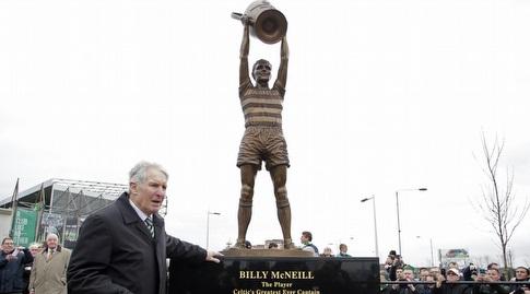 בילי מקניל ופסל שמתעד את זכייתו בגביע (רויטרס)