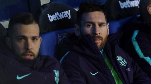 ליאו מסי על הספסל עם ג'ורדי אלבה. בארסה הסתדרה בלעדיהם (La Liga)