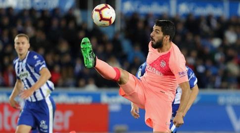 לואיס סוארס מנסה להשתלט על הכדור (La Liga)