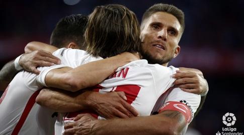 שחקני סביליה מברכים את בראיין חיל הצעיר (La Liga)