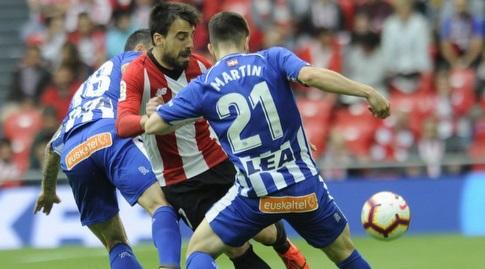 מרטין איגרביריה מנסה לקחת את הכדור (La Liga)