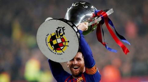 ליאו מסי מניף את גביע האליפות (רויטרס)