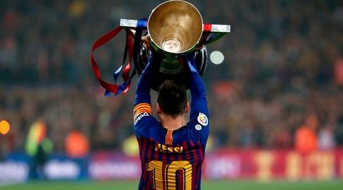 ליאו מסי עם גביע האליפות (La Liga)