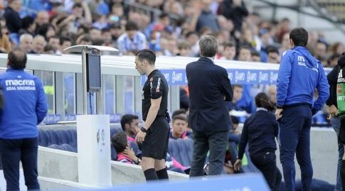 השופט אדוארדו פרייטו מביט במסך הטלוויזיה (La Liga)