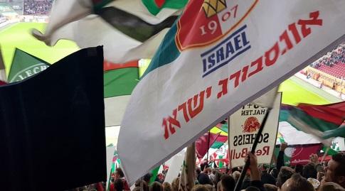 דגל של אוגסבורג ישראל ביציעי WWK ארנה (דניאל גרון)