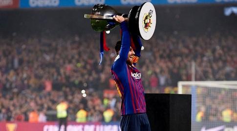 ליאו מסי חוגג עם גביע האליפות (רויטרס)