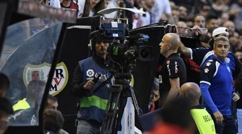פאבלו גונסאלס מביט ב-VAR (La Liga)