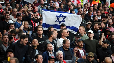 דגל ישראל ביציע. יהיו פחות כאלה בגמר הצ'מפיונס (רויטרס)