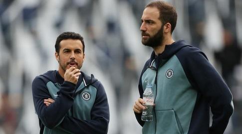 גונסאלו היגוואין ופדרו רודריגס לפני המשחק (רויטרס)