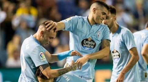 יאגו אספאס חוגג עם שחקני סלטה ויגו (La Liga)