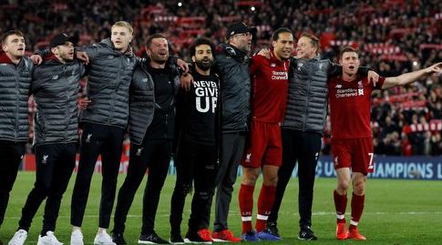 שחקני ליברפול חוגגים עם יורגן קלופ (רויטרס)