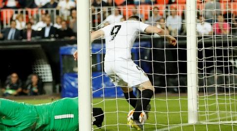 קווין גאמיירו דוחק את הכדור לרשת (רויטרס)