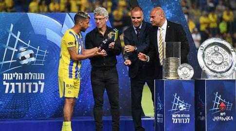 מיץ' גולדהאר מעניק לדור מיכה את פרס שחקן העונה (חגי מיכאלי)