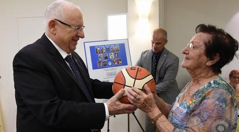 """נשיא המדינה ראובן רבלין עם חלוצות כדורסל הנשים (מארק ליימן/לע""""מ) (מערכת ONE)"""