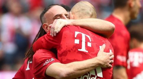 אריאן רובן ופרנק ריברי מתחבקים לפני המשחק (רויטרס)