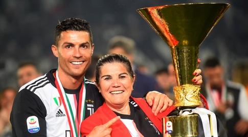 כריסטיאנו רונאלדו ואמו חוגגים עם התואר (רויטרס)