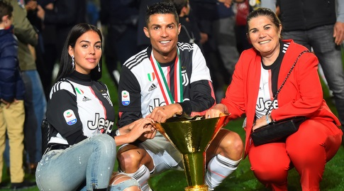 רונאלדו עם אמו ובת זוגו (רויטרס)