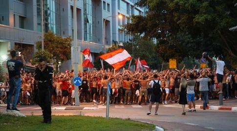 אוהדי הפועל תל אביב בצעדה לפני המשחק (איציק בלניצקי)