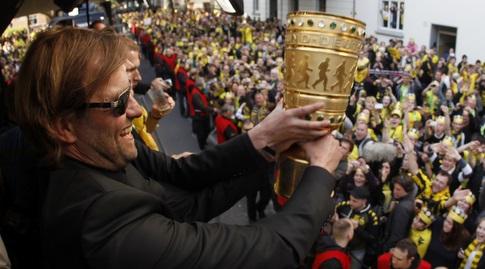 קלופ עם הגביע הגרמני (רויטרס)