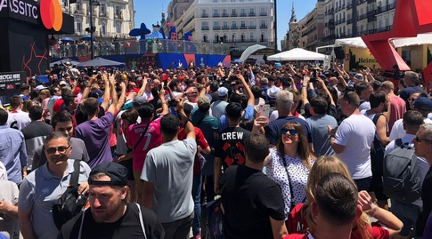 אוהדי ליברפול וטוטנהאם צובעים את מדריד (צילום: אורן נתנזון)