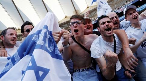 אוהדי טוטנהאם עם דגל ישראל (רויטרס)